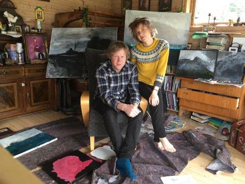 Stokkvågen: Kunstnerne Vemund Thoe og Lill Maria Hansen stiller ut sine krigsinspirerte bilder på Grønsvik Kystfort.