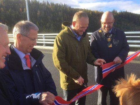 Her åpner samferdselsminister Jon Georg Dale de to nye parsellene på E6 Helgeland.