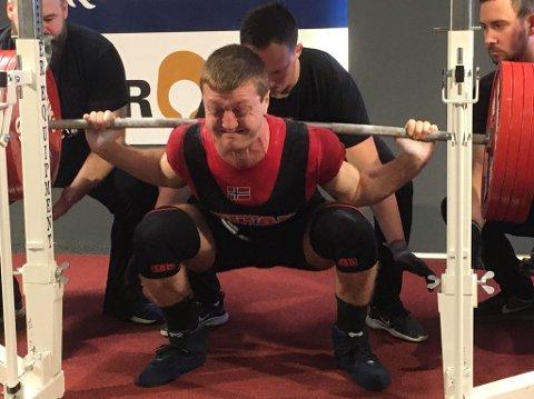 Her setter Johannes Kristensen ny norsk rekord i knebøy for junior.