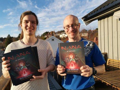 """Axel Kvinnesland (til venstre) og Helge Rushfeldt med den nye boken """"Nana og jordskipet"""""""