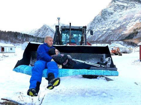 Uverdig: Dette arrangerte bildet viser hvordan syketransporten i Musken i Tysfjord foregår i de tilfellene der pasienten må ligge. Da er en traktorskuff med madrass eneste tilbud. Alternativet er at pasientene blir heist inn i førerhuset en ved hjelp av stropper.