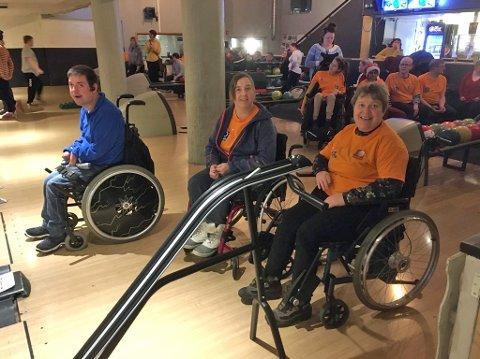 Sølve Kolberg, Lisbeth Heggli og Heidi Heggli gleder seg til det blir heis på bowlingen.