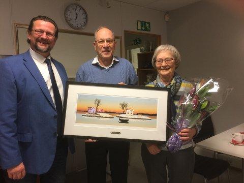 Nils Notler leverte frivilligprisen til Neri og Unni Segrem, som har hjulpet fremmedspråklige med lekser i ti år.