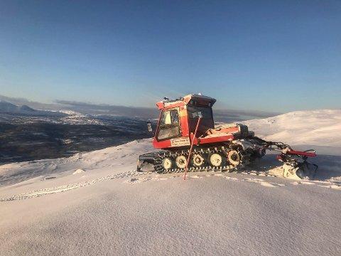 Tråkkemaskinen til Brygfjelldal løypelag, som de bruker til å preparere snøscooterløyper med, synger på siste verset. Politikerne sier nei til å støtte innkjøpet av en nyere maskin.