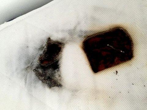 – Telefonen, en Samsung S3, eksploderte og tok fyr, forteller Øren. Heldigvis våknet eieren av smellet, uskadet, og fikk kastet sengetøy og mobil i vann. På bare et øyeblikk hadde mobilen brent et dypt hull i madrassen, forteller sier brannekspert Øystein Øren i Frende.