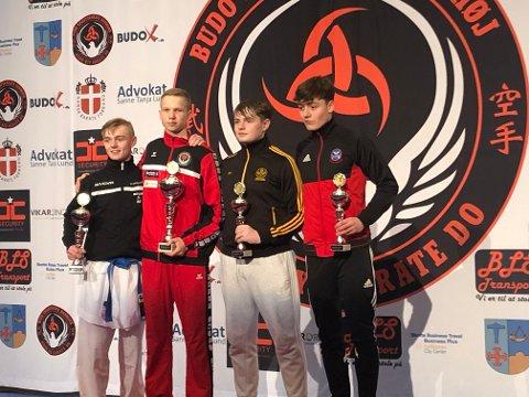 GULLGUTT: Nikolai Kråkstad (nr. 2 fra v.), Rana karateklubb, slo til i åpen klasse for junior i Ishøj Cup i karate.