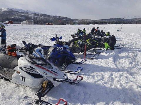 Før start: Lørdag ble det arrangert dragrace på flystripa i Hattfjelldal. Erling Brygfjeld var raskeste fører i turboklassen. Foto: Privat