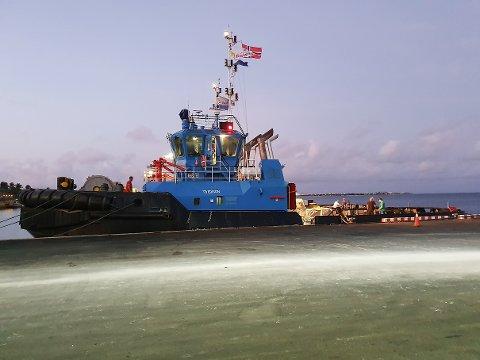 Feil på det elektriske styringssystemet stoppet seilasen til Mo i Rana havns taubåt TB Edison fra Karibia. Nå skal sendes over Atlanteren på et stort frakteskip.
