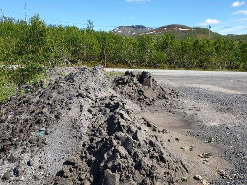 REAGERER: Odd-Arne Hansen i Umbukta hytteforening mener dette er er uforsvarlig lagring av avfall.