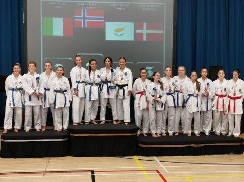 Kerstin Michalsen og Dounia El Ghami, begge fra Rana, var med og vant gull for lag i klassen junior.