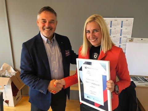 Ivana Steiro får tildelt mangfoldsprisen for Nord-Norge fra Roger Trygve Solstad, assisterende regiondirektør i IMDi (integrerings- og mangfoldsdirektoratet)