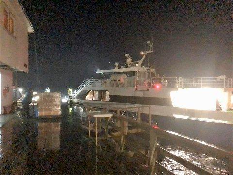 """Mannskapet på hurtigbåten """"Gjerøy"""" tok sjansen på å gå over fjorden ut til Myken torsdag. LItt før midnatt ankom de, med flere uker gammel post i lasten."""