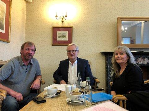Graham McNeil og Edel McNeil med Arild Husefjeld,  som er innkjøpssjef i Nortura SA i midten. Her under møte i januar.