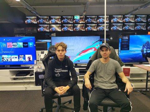 Benjamin Lorentzen (t,v,) og Stian Edvardsen fra Mo vant lørdagens finale i FIFAs e-serie på Elkjøp på Mo. Begge reiser til Bodø for å delta på hovedfinalen den 18. oktober.