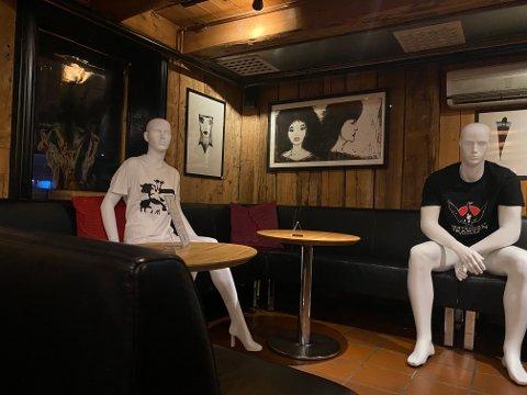 LIV OG RØRE: De nye stamgjestene ved Skarven bar var stumme av beundring da Nordlys besøkte uteplassen.
