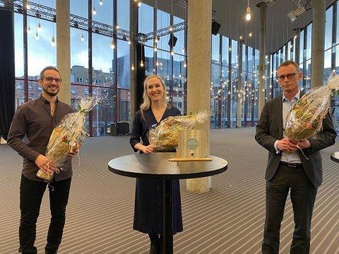 Glade vinnere. Fra venstre arkitekt Karl Sarkis og arkitekt og partner, Celia Glanfield sammen med byggherre, Petter Hjortland i Vestenfjeldske. Foto: Pressebilde