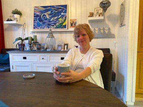 Laila Govasli er sykepleier og jobber ved Helgelandssykehuset Sandnessjøen. Her har hun i årevis tatt seg av pasienter som er innlagt. For ett år siden ble hun diagnostisert med kreft i halsen. Da ble sykepleieren pasient hos eget sykehus.