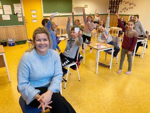 Autografer: Fornøyde elever vifter fornøyd med autografene de fikk av ordfører Aase Refsnes da hun var læreren deres for en dag.