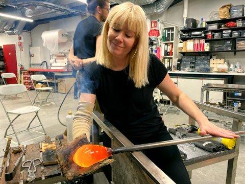 Kjersti har jobbet som profesjonell glasskunstner siden 2003. - Det er en ære å få denne prisen, sier hun.