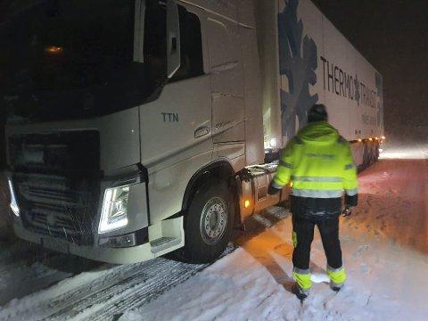 KJETTING: Mandag sperret denne traileren veien i Bjerklia da sjåførene ikke hadde lagt på kjettinger. Ledelsen i TTN-Trucking har tatt grep for å sikre seg mot at dette skjer igjen. Foto: Viktor Leeds Høgseth