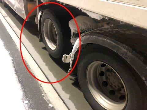 BURDE VÆRT NEDE: Akslingen burde vært nede, så hadde semitraileren sluppet unna. I stedet valgte sjåføren å stikke av. Foto: Statens vegvesen