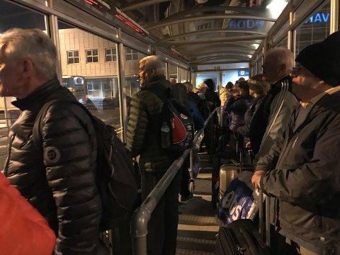 Det var mange om beinet når transport hjem fra flyplassen skulle ordnes lørdag kveld. Foto: AN-tipser