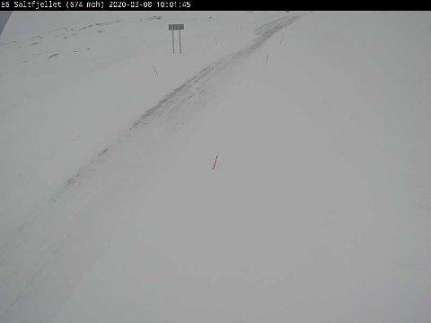 KOLONNE: Slik så det ut på E6 Saltfjellet, retning Saltdal, søndag formiddag klokka 10.