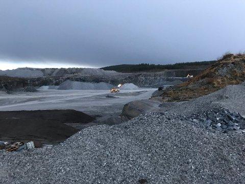 Medhold: Dommen til Alstahaug tingrett sier at Aqua Rock Company AS sin rett til uttak av masse er ikke tidsbegrenset og Helgeland Sparebank dømmes til å betale rundt 1,2 millioneri sakskostnader.