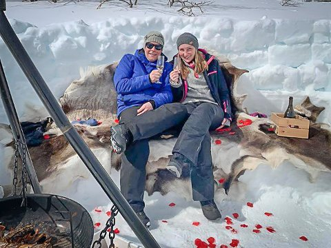Forlovet: I helgen gikk Elnar Remi Holmen ned på ett kne foran Janne Mari Ellingsen, omkranset av majestetiske omgivelser i fjellheimen.