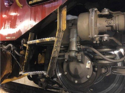 Bilder fra en skaderapport etter påkjørselen, viser at stigen til førerrommet på lokomotivet har fått skader.