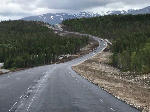NY: Fra en strekning på 17 kilometer ny vei mellom Tosenkrysset og Lille Majavatn. Veien ble åpnet for trafikk for to uker siden. Etter ferien skal entreprenøren sørge for at veibanen blir malt.