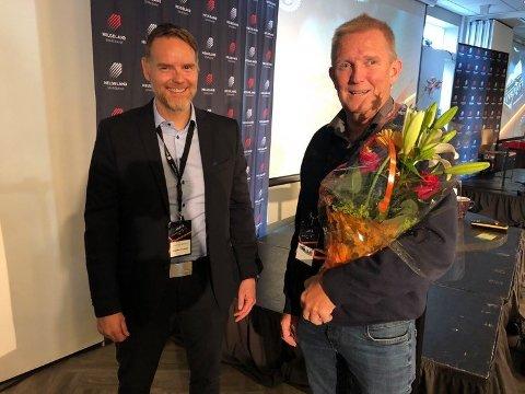 Dag Hugo Heimstad (t.v.) fra Helgeland Sparebank sammen med Trond Olsen da sistnevnte fikk tildelt drivkraftprisen under drivkraftkonferansen i Mosjøen i august. Foto: Marit Ulriksen