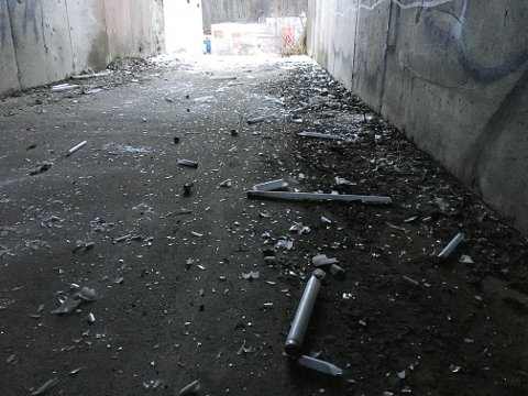 Undergangen under E12 bak Biltema er full av knuste lysstoffrør, som gir sylkvasse hvite glasskår. Her har en eller flere vandaler gått amok.