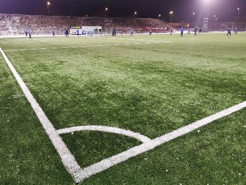 Fotballspillerne har savnet en oppvarmet utebane i flere sesonger. Nå er det flotte forhold på Sagbakken - og stor aktivitet. Foto: Trond Isaksen
