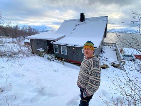 Verst: Jørgen Lind tror det er leirgrunn i stort sett hele bygda. – Men jeg tror det er farligst her vi bor fordi terrenget er så bratt. Skjevheten på verandaen bak til høyre sier sitt om hvilke krefter som er i sving.