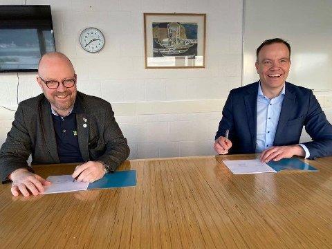 God stemning da leder i Indre Helgeland regionråd, Geir Waage, signerte regionvekstavtalen på vegne av regionrådet, her sammen med fylkesrådsleder Tomas Norvoll.