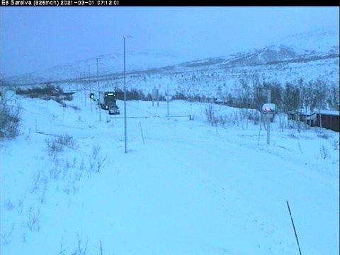 E6 Sørelv. Bilene står i kø og venter på å kjøre kolonne over Saltfjellet.