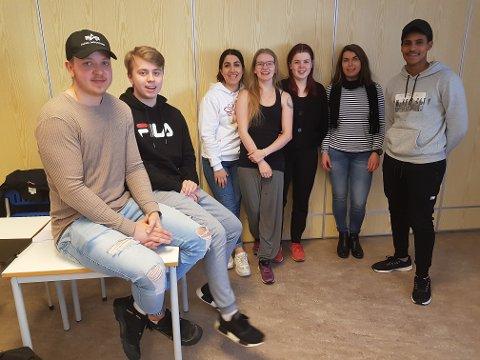 Elever fra klasse 2HO på KVN på Nesna. Fra venstre: Jens, Joakim, Shadi, Cecilie, Ida, Lill Heidi og Biniam.