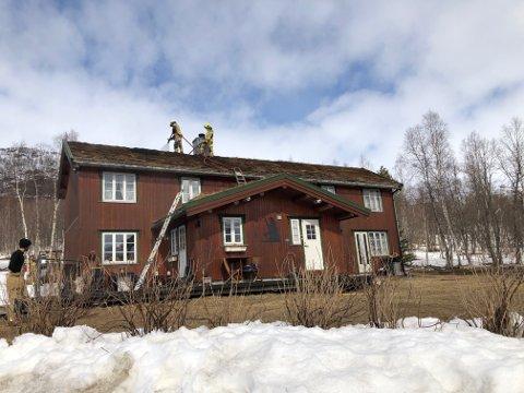 Brannmannskapene jobber med å slukke brannen på torvtaket i en bolig i Nylaenget på Storvoll onsdag.