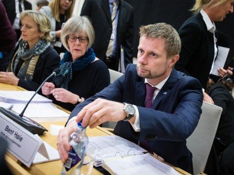 Rana Blad har stilt spørsmål til helseminister Bent Høie, men det er statssekretær Anne Erlandsen (midten)  som svarer.