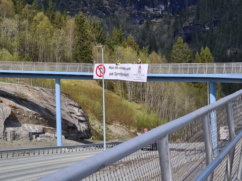 På gangbrua på Mjølan hadde Motvind Sjonfjellet hengt opp en banner for å gjøre pinseutfartstrafikantene klar over at de finnes.
