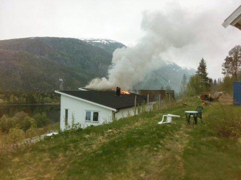 TAK: Slik så det ut da brannvesenet i Mosjøen ankom brannen i et bolighus i Tempelhaugen i Mosjøen like etter klokka fem lørdag morgen.