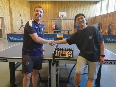Jonathan Milne og Ciu Hi med det synlige bevis på at Skottland var best i bordtennis denne gangen. Foto: Gunnar Ingebrigtsen