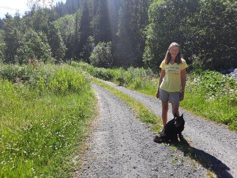 STIEN: Her starter stien Lilly Thomasli og hunden, Kira, tok sist  sist tirsdag. Den fortsetter inn gjennom skogen og videre opp oppover. Ei  rundløype som tar rundt en time.