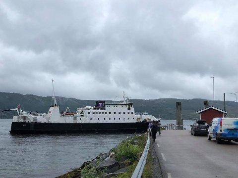 Ferga Skutvik legger til kai i Sørfjorden i Rødøy søndag ettermiddag. Ikke alle bilene fikk være med på denne turen.