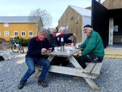 Trond Rydsaa (til venstre), leder av Lapphellas venner, sammen med andre dyktige dugnadskarer. F.v ved Rydsaa: Sigbjørn Jacobsen, Trond Landfastøien og Tore Furuhatt.