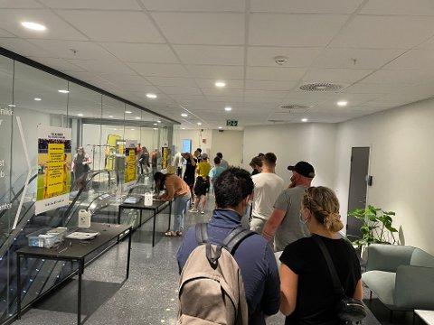 Mange håpefulle Glimt-supportere møtte opp hos Vaksineklinikken for å skaffe seg grønt koronasertifikat før Glimt-kampen onsdag.