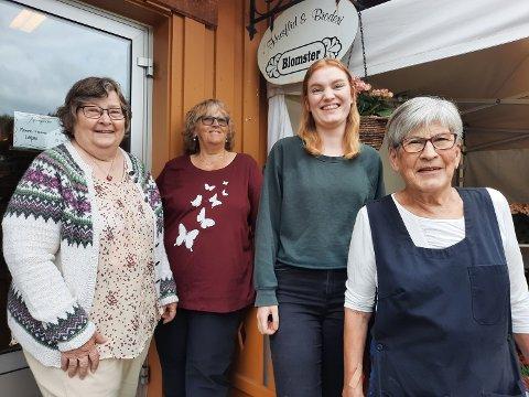 GJENGEN: Dette er noen av damene som jobber ved Husflid & Broderi. Fra venstre  Eva Bolstad Bråten som monterer bunader i en alder av 78 år. Så barnebarnet, Dina  Konradsen, som går i bunadslære hos sin egen bestemor. Damen i rødt er Gun Bråten og,  og helt til høyre, Ellinor Sæteren.