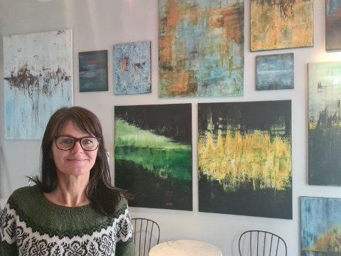 – Det er ikke så stor plass i galleriet, og jeg liker å male stort, så jeg må bare fortsette å male hjemme på kjøkkenet, forteller Elisabeth Larem som satser på kunsten i voksen alder. Det er sparepengene hun investerer når hun åpner nytt galleri i sentrum av Bodø.