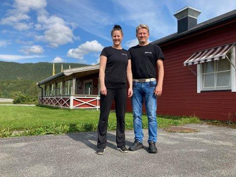 Camilla Cross (43) og Glenn Hjemaas (45) overtok Bjerka Kro i 2007. Nå skal kroa, som også har overnattingstilbud, selges.